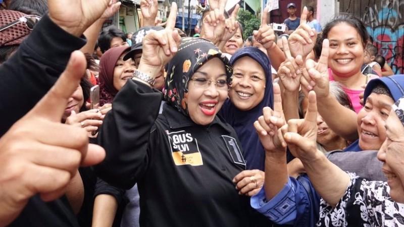 Sylviana Murni mengajak pendukungnya salam satu jari