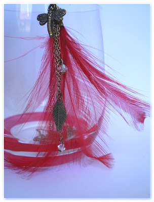 pendentif sautoir bronze vieilli et plume rouge vif