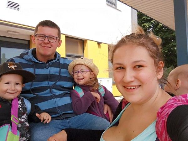 pięcoosobowa rodzina podróżuje pociągiem