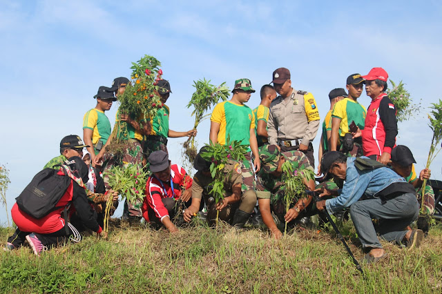 Sambut HUT ke-58 Kostrad, Prajurit Tanam Bunga Rosela di Sungai Bondoyudo Jember