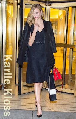この日のカーリー・クロス(Karlie Kloss)は、キャロリーナヘレラ(Carolina Herrera)のバッグ、カートジェイガー(Kurt Geiger)のパンプスを着用。