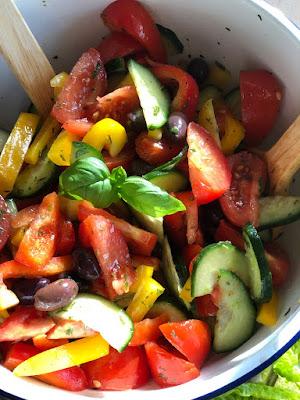 Bunter griechischer Salat mit Oliven