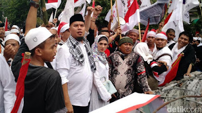 http://ligaemas.blogspot.com/2016/11/ahmad-dhani-sarankan-demonstran-2.html
