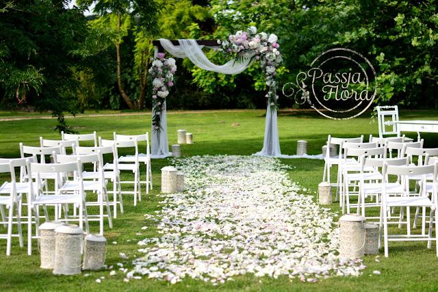 Kwiatowa alejka ślubna.