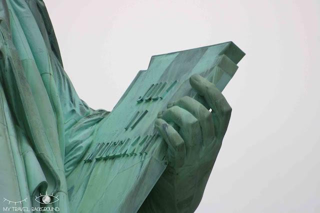 My Travel Background : détail de la main gauche de la Statue de la Liberté, New York. Elle porte la tablette représentant la Déclaration d'Indépendance du 4 juillet 1776
