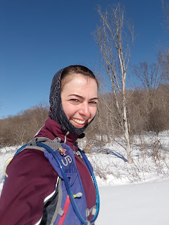 Randonneuse souriante, hiver, neige