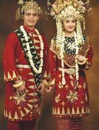 Traditional custome sebagai salah satu contoh jenis busana
