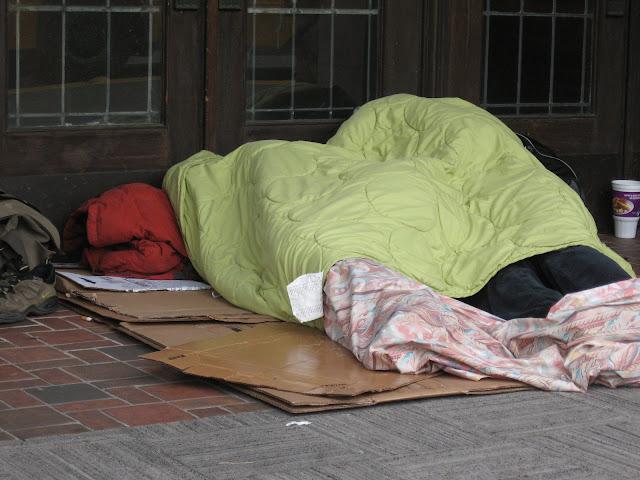 evsiz sokakta yatan