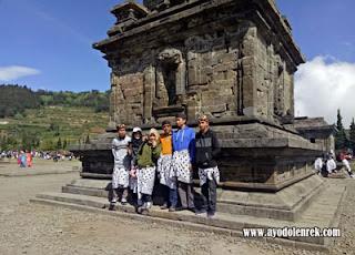 Anies Fatchuria dan Keluarga di Kompleks Candi Arjuna, Dataran tinggi Dieng