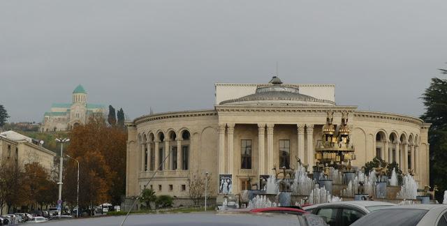 Kutaissi mit Kolchisbrunnen und Bagrati-Kathedrale, Georgien
