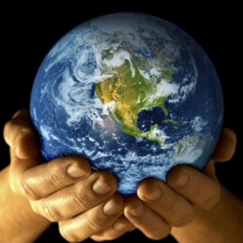 Mãos com o globo terrestre.