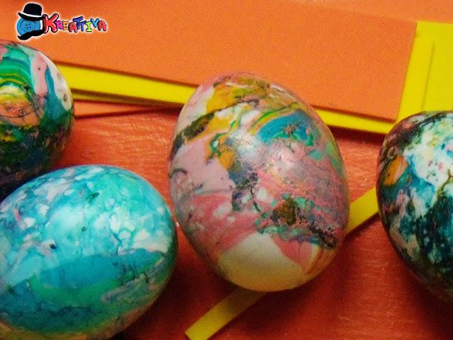 Decorare uova con smalto delle unghie