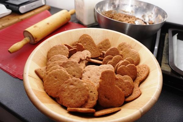 korzenne tradycyjne pierniczki do wykrawania foremkami na choinkę