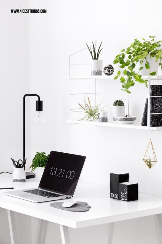 Home Office schwarz weiss mit Urban Jungle Pflanzen Deko