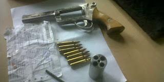 Razia Tambang Ilegal, Anggota TNI Amankan Dua Senjata Api Rakitan Laras Panjang dan Satu Revolver - Commando