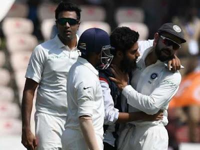 भारत विरुद्ध वेस्टइंडीज : मैच के दौरान एक समर्थक घुसा ग्राउंड में कोहली को की चूमने की कोसिस।