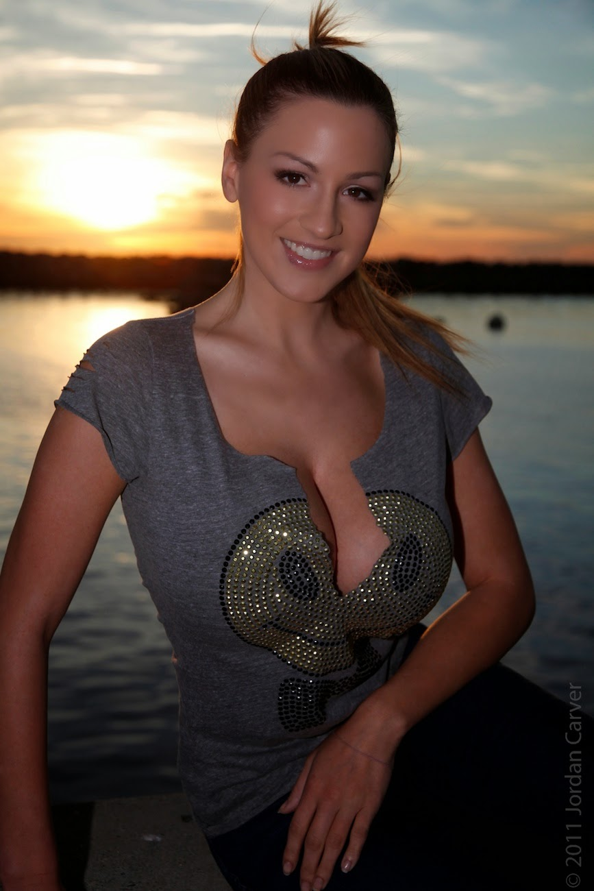Jordan Carver Bends Down Big Boobs Cleavage Show With