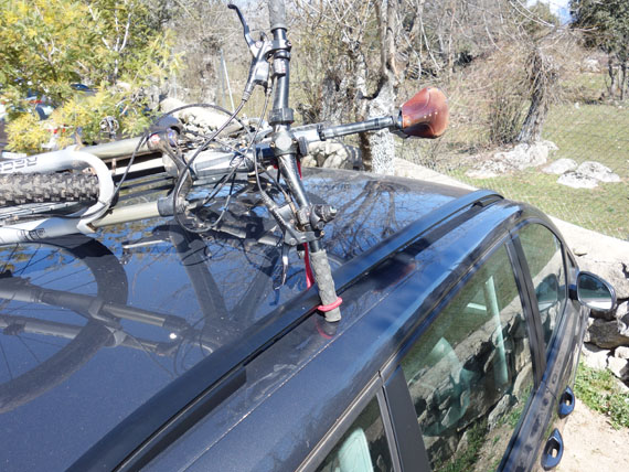 detalle de sujeción del manillar. bici encima del coche sin portabicis, solo con las barras longitudinales