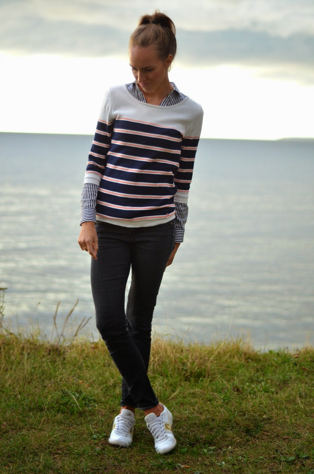 gina-tricot-striped-jumper-forever21-black-jeans-nike-white-sneakers