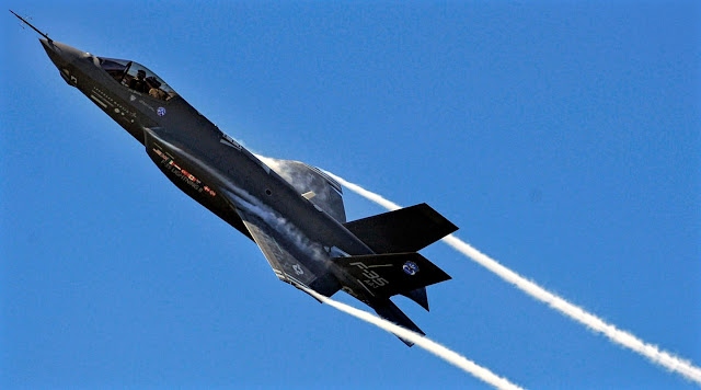 f-35 smokey path inflight