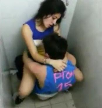 Se la cojen en el Baño a la muy Puta