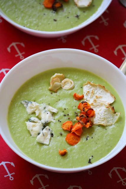 Zupa z zielonym groszkiem, serem pleśniowym i chipsami z warzyw