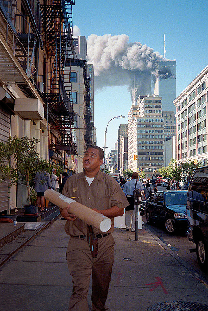 18 Rare Historical 9/11 Photos That You Most Possibly Haven't Seen Before - A Man Has A Job To Do