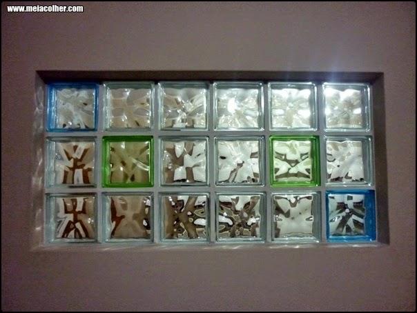 janela feita com tijolos de vidro coloridos
