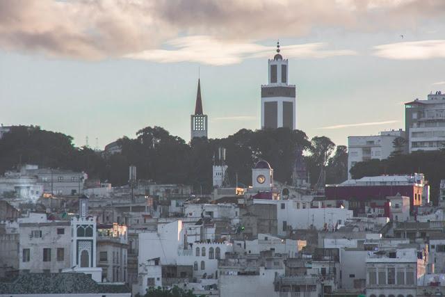 Pôr do Sol no Estreito de Gibraltar, entre Tânger (no Marrocos) e Tarifa (na Espanha).