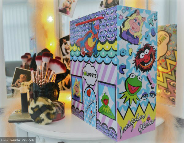 side view of Animal Kermit and Miss Piggy on shoe box