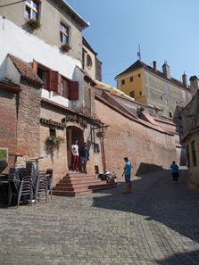 Sibiu - Pasajul Scărilor, lângăTurnul scărilor, în față la Butoiul de Aur
