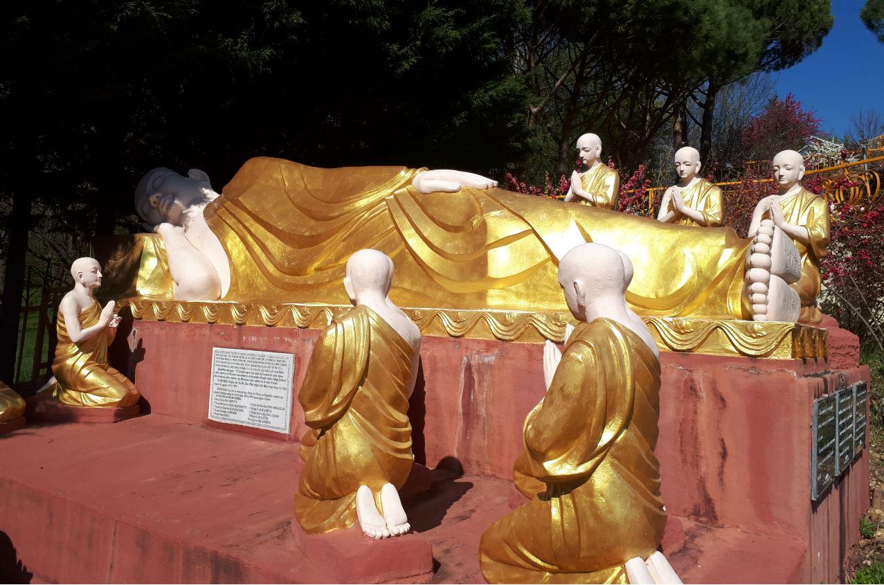 le Bouddha s'éteint en parinibbána (Nirvana)