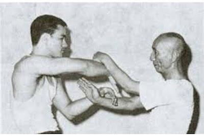 رياضة الوينغ تشون تعتمد على التلاحم القريب في القتال