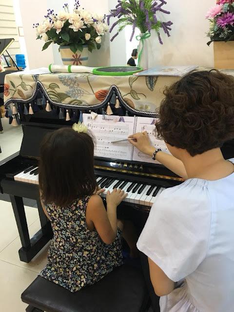 Giờ học piano của học viên trường nhạc SMS