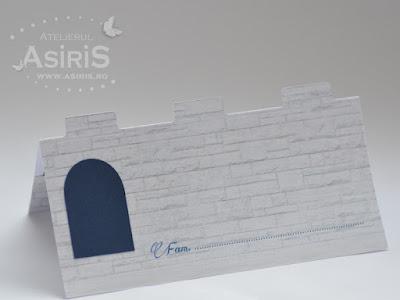 Plicrui bani botez si card de asezare decupat sub forma de castel cu creneluri si ferestre gri si bleumarin