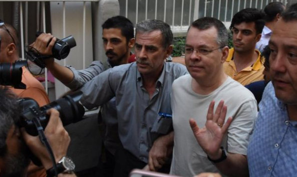 تركيا، تطلق سراح القس الأمريكي المعتقل لديها.