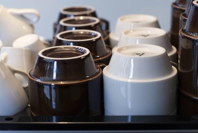 rak cawan dalam kafe