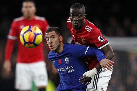 Lần gần nhất Bailly (phải) thi đấu cho MU trong trận đấu với Chelsea