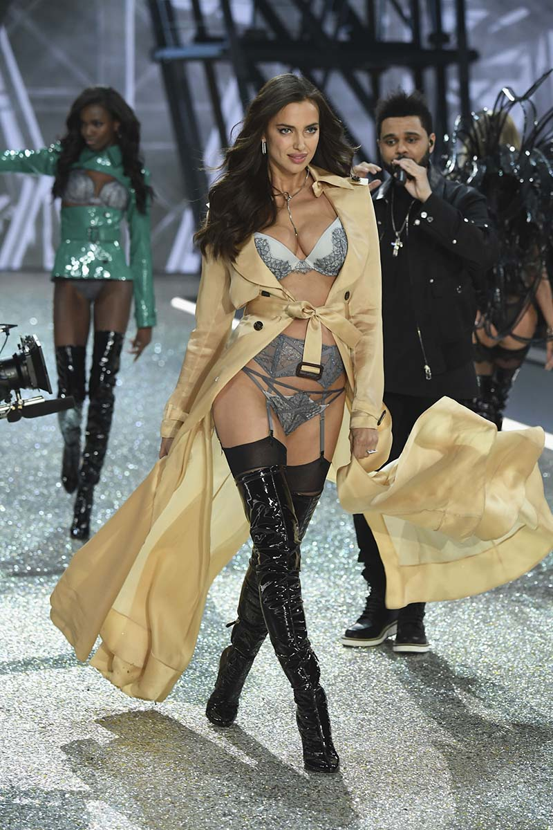 Irina Shayk - Victoria's Secret Fashion Show 2016, à Paris