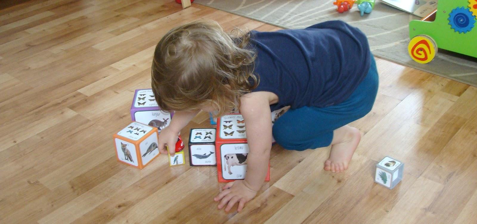 Piramida zabaw ciekawe klocki kartonowe