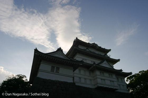 小田原城を見上げる