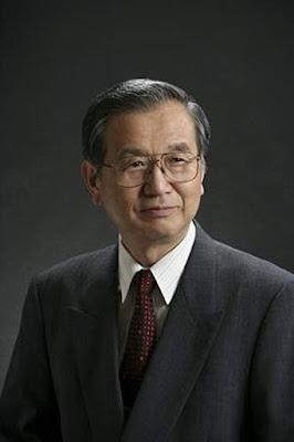Biografi Dr Fujio Masuoka - Penemu Flashdisk     Masuoka merupakan seorang penemu flashdisk memory dengan proses perjalanan yang cukup panjang. Sejak kecil ia didorong oleh ibunya untuk belajar Matematika hingga menyewa guru les pribadi ke rumah. Saat masuk universitas, ia percaya bahwa kemajuan teknologi dapat dicapai melalui cara kerja yang teoritis. Namun demikian, ia juga ahli di bidang ekonomi dan hukum, bahkan beliau telah meraih gelar Bachelor of Science, Master of Science dan PhD di bidang teknik listrik dari Tohoku University masing-masing di tahun 1966, 1968 dan 1971. Segera setelah lulus, Masuoka bergabung di perusahaan Toshiba Research and Development Center pada bulan April 1971  Dengan ketekunan dan kerja kerasnya, Masuoka membuat terobosan semisal memori yang memiliki struktur poli silicon ganda signifikan (1972-1984), pengembangan memori dengan kapasitas 1 Mbit DRAM (1977) ketika ia pindah ke divisi semikonduktor Toshiba. Tahun 1980 Masuoka dipindahkan ke divisi produk rekayasa memori Toshiba, hal ini dimaksudkan untuk memulai karyanya pada pengembangan memori flash. Ia kemudian bergeser ke divisi desain memori rekayasa Toshiba pada tahun 1984, di mana ia menyempurnakan dan dipatenkan memori flash NOR yang kemudian dipresentaikannya pada Pertemuan International Electron Device (IEDM) di San Francisco.  Setahun berselang,
