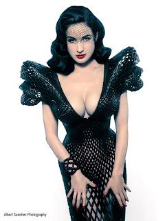Dita Von Teese vestido con escote