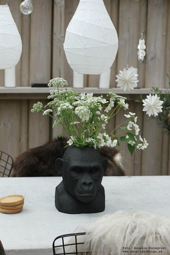 annelies design, webbutik, inredning, gorilla, vas, vaser, betongbord, uterum, inglasat uterum, blommor, hängande, lanterna, lanternor,