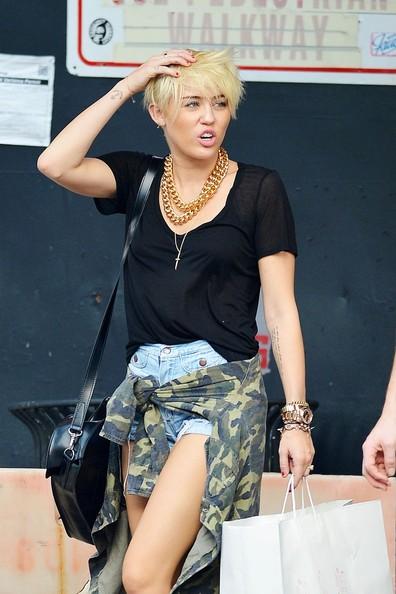 Całkiem nowy wyprzedaż w sklepie wyprzedażowym sprzedaż Steal Their Style: Miley Cyrus's Gold Chains & Dr Martens ...