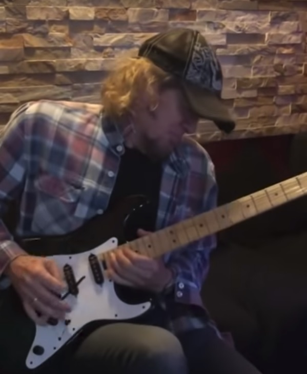 "Adrian Smith: assista guitarrista do Iron Maiden tocando ""Comfortably Numb"" do Pink Floyd"