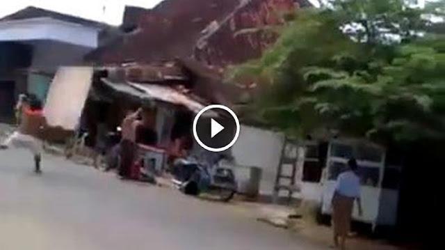 Maruki Dibantai 7 Orang di Tengah Jalan Saat Bonceng Istri Mudanya , Ini Dia Videonya !!! Jangan Lihat Jika Tidak Kuat .