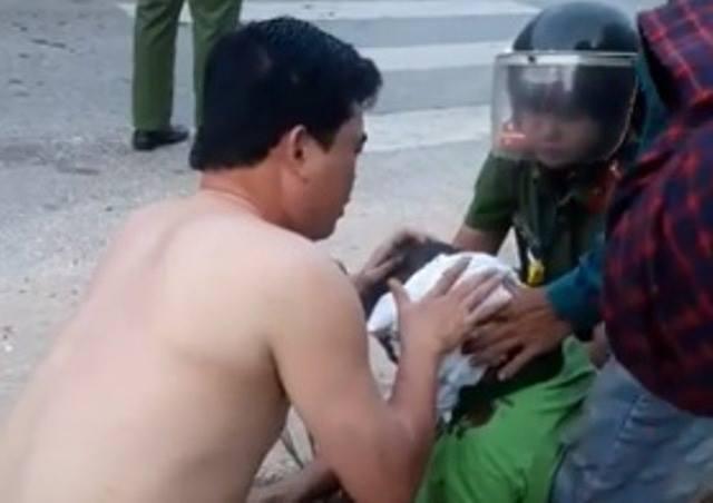 Công an Thanh Hóa đã phát hiện một trường hợp bị tai nạn giao thông, lập tức cởi chiếc áo trong người ra để cầm máu cho nạn nhân.