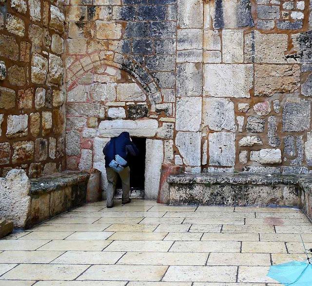 A principal porta de ingresso da Basílica que inclui a Gruta de Belém é minúscula. É chamada 'Porta da Humildade'