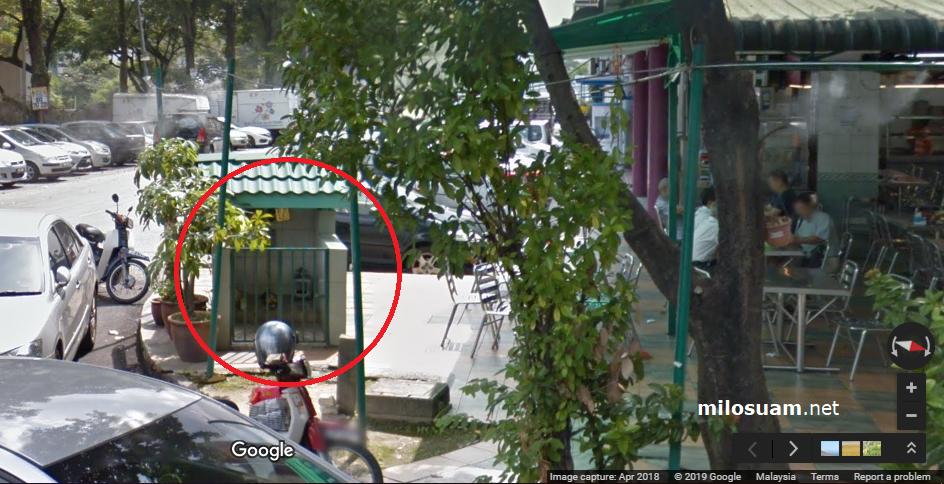 Kuil kecil depan Restoran Nathan's Corner